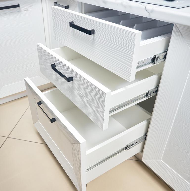 Białe szuflady z wymienionymi frontami